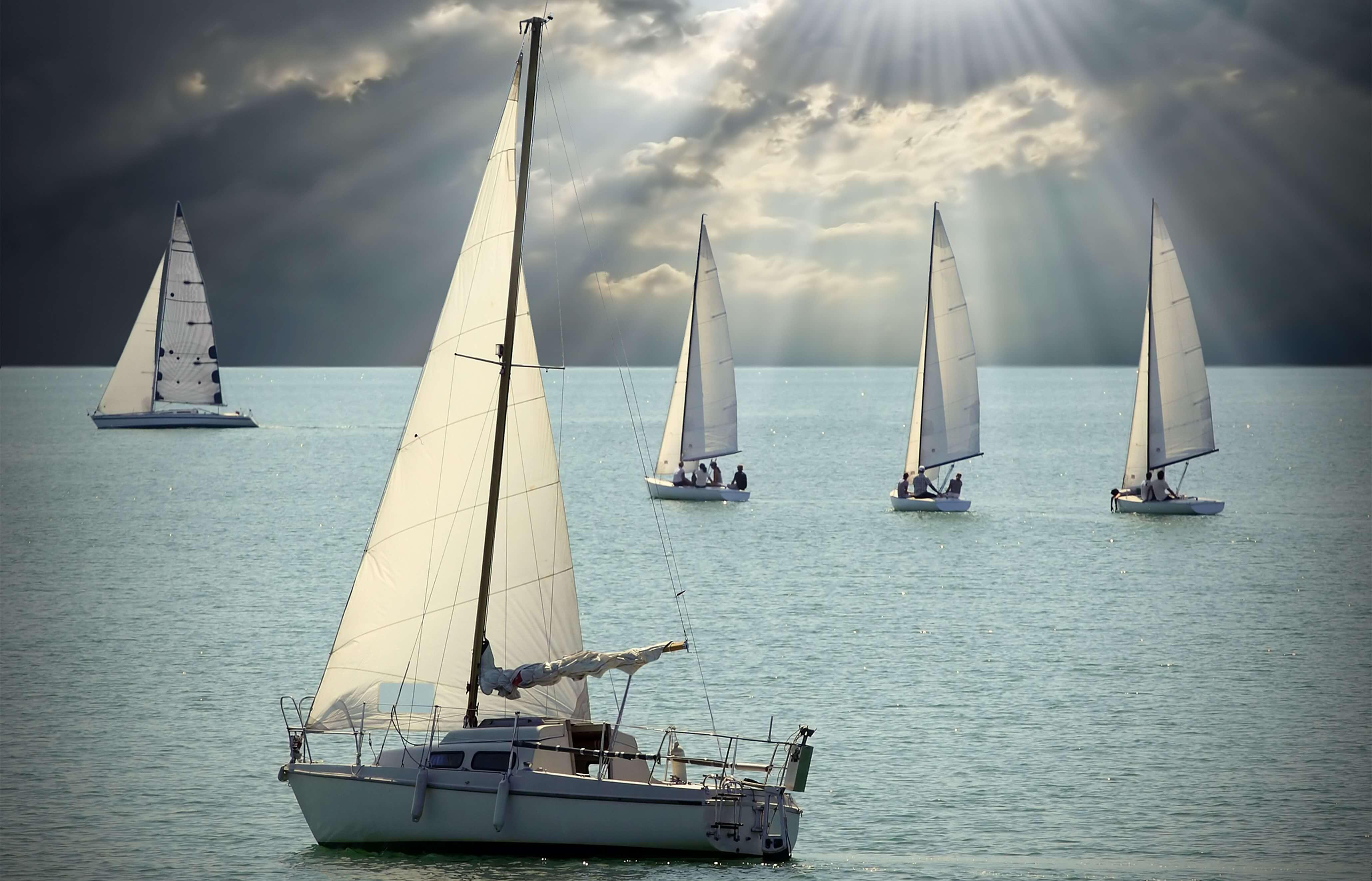 Segelboote gegen Horizont