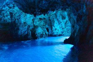 Blaues Licht in der Grotte