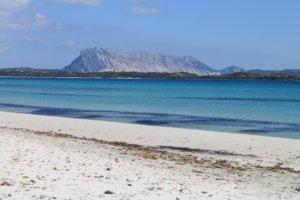 Strand in Sardinien mit Aussicht