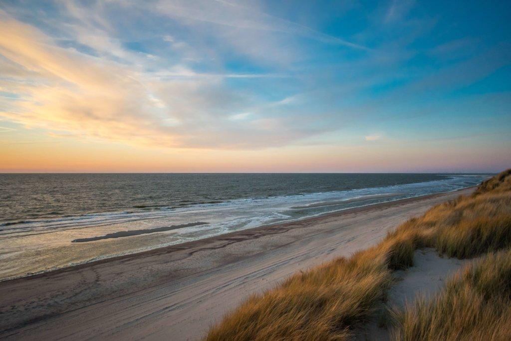 Sonnenuntergang am Strand in Holland