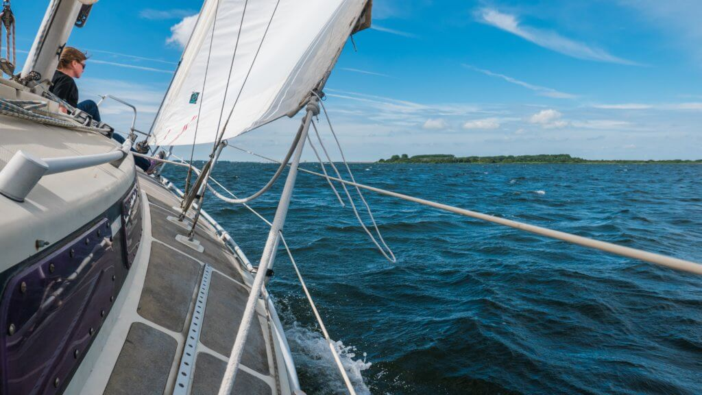 Krank sein durch Schräglage auf dem Segelboot