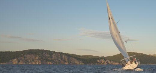 Schräges Segelboot von Weitem
