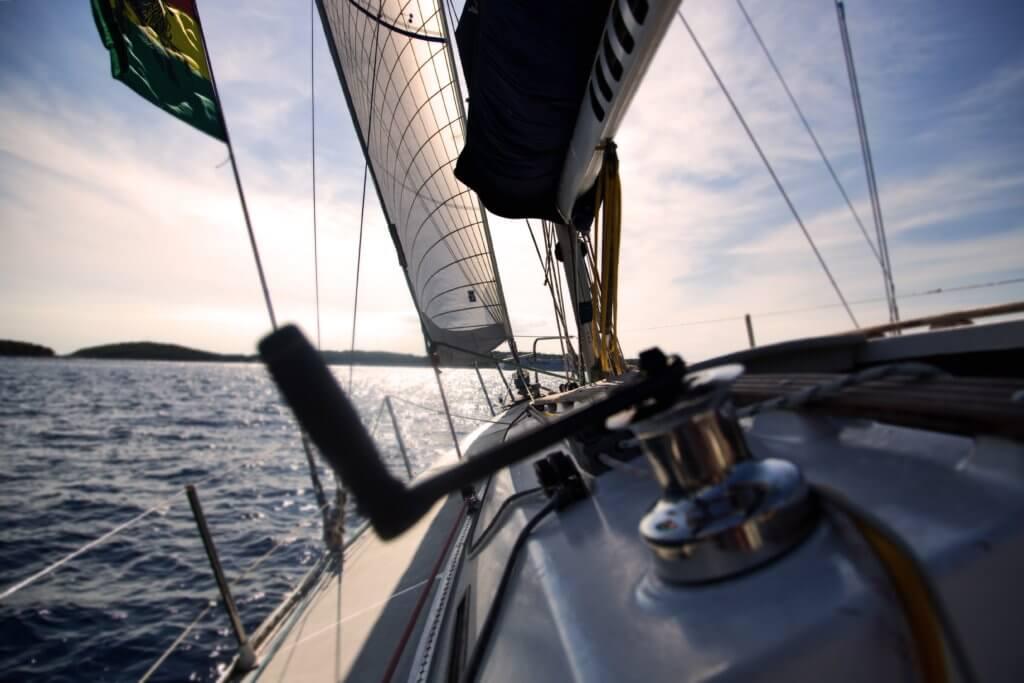 Segelboot ist schräg vom Wind