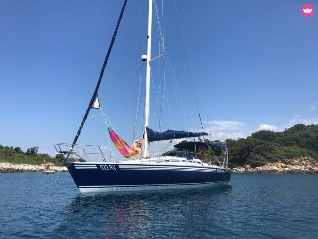 Das Boot Pulpa vor Anker