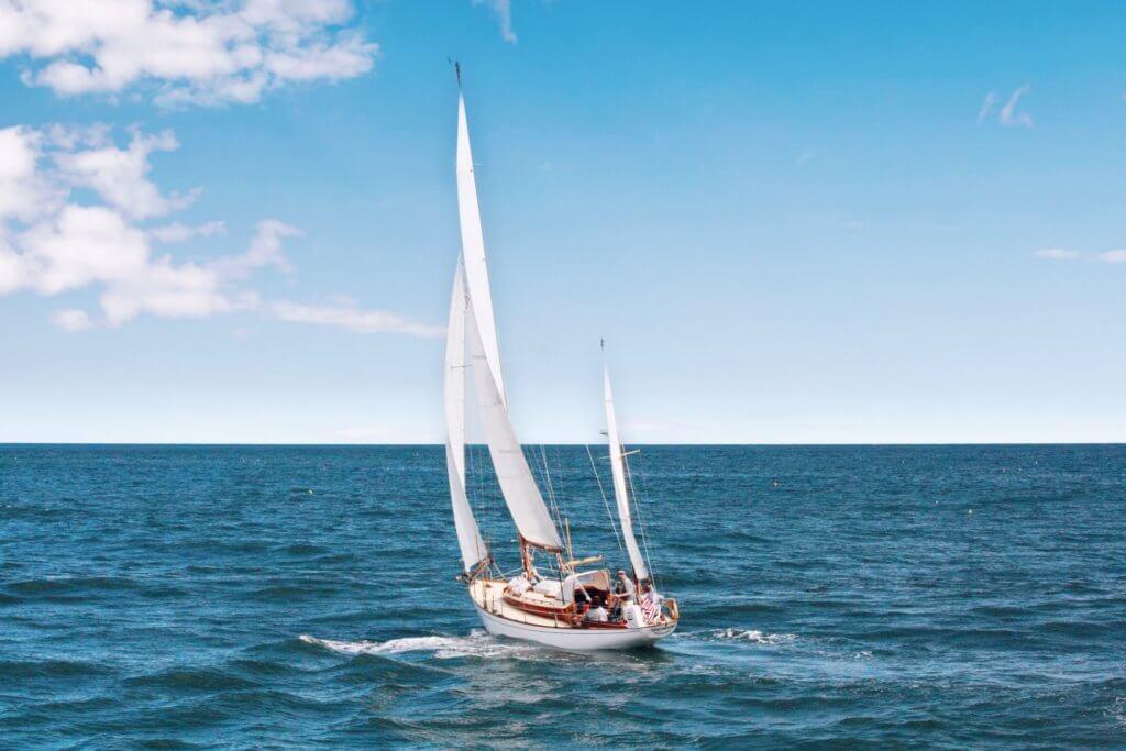 Segelboote unter vollen Segeln auf dem Meer