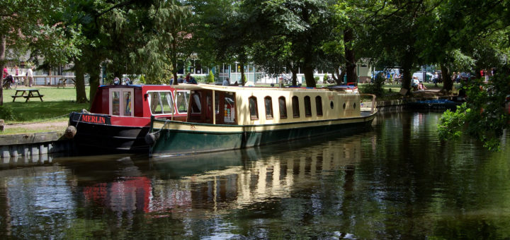 hire a boat in the Thames River