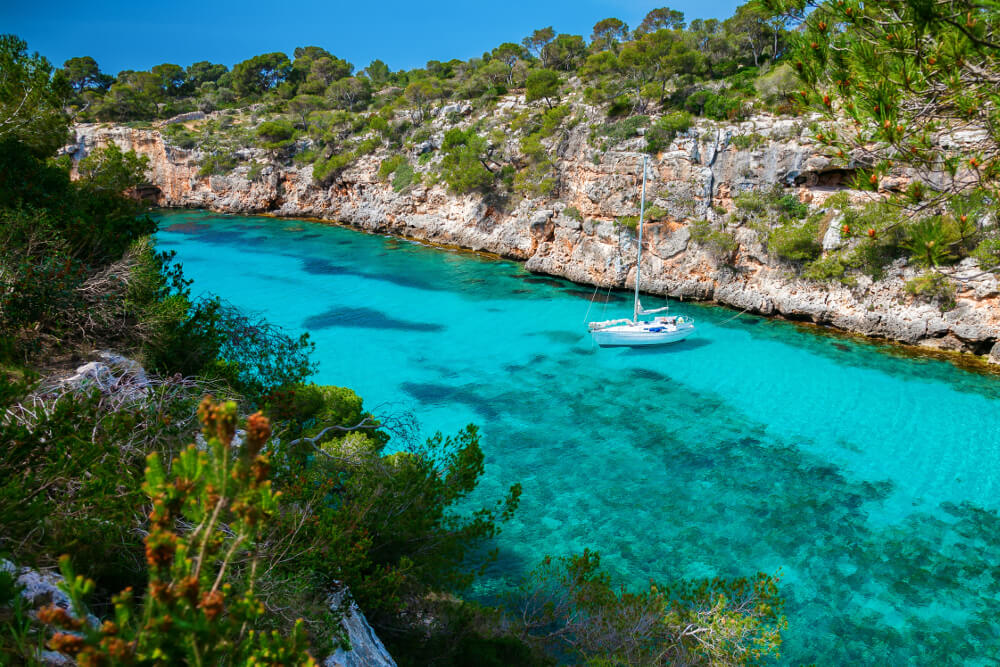 A sailboat in blue waters that is perfect for Mallorca holidays
