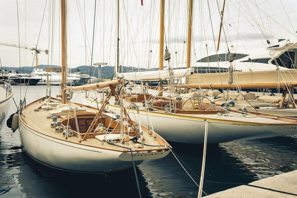 puerto con veleros anclados