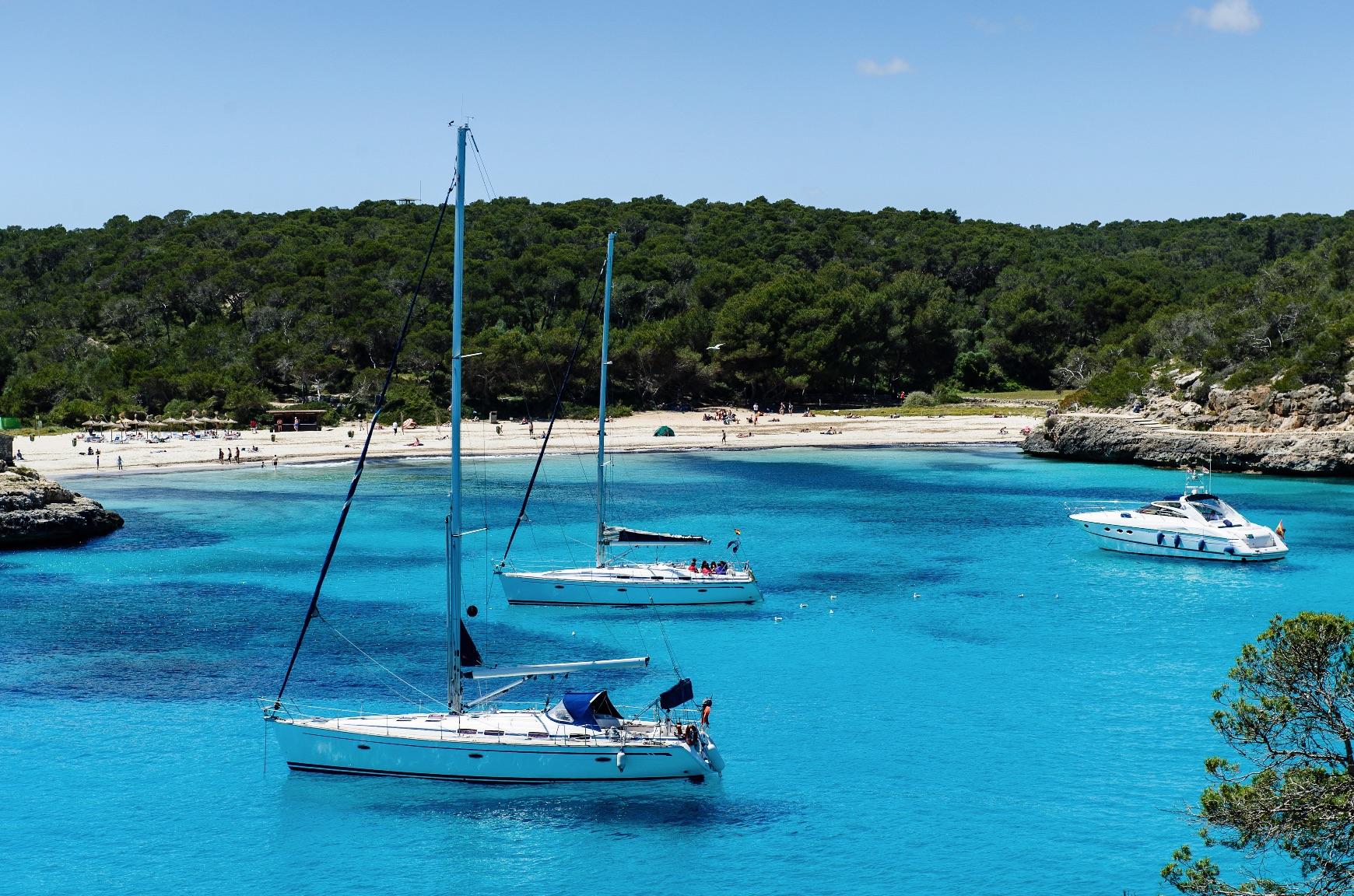 veleros navegando en las calas de Ibiza