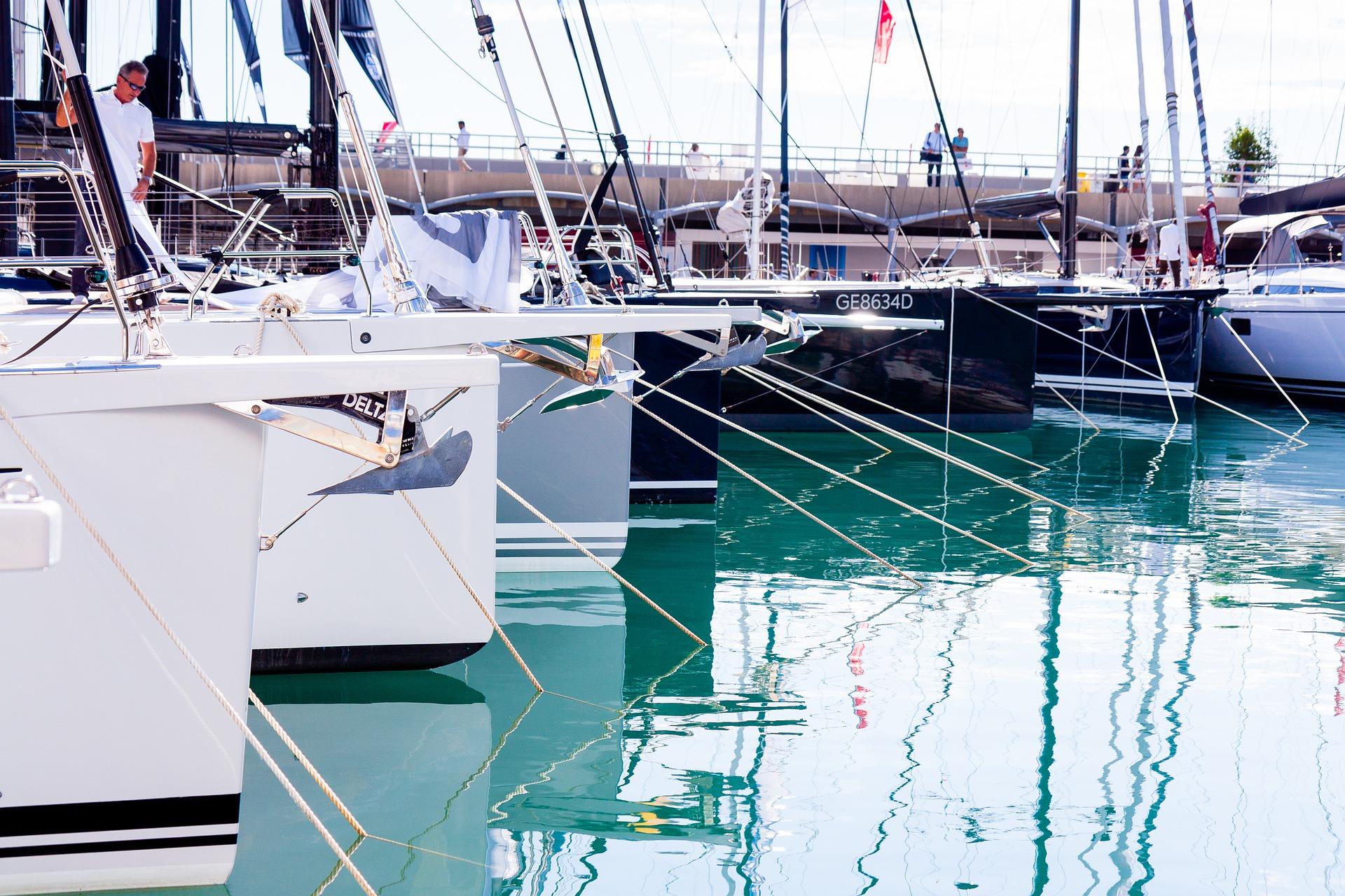 Amarre de veleros antes de salir a navegar