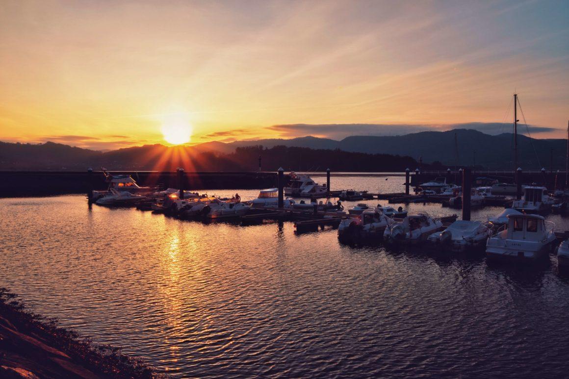 barcos anclados en un puerto de Galicia
