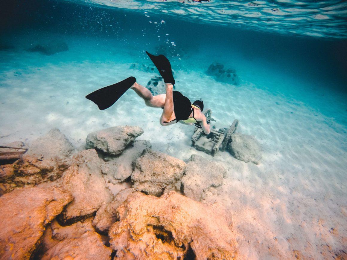 practicando buceo en aguas turquesas