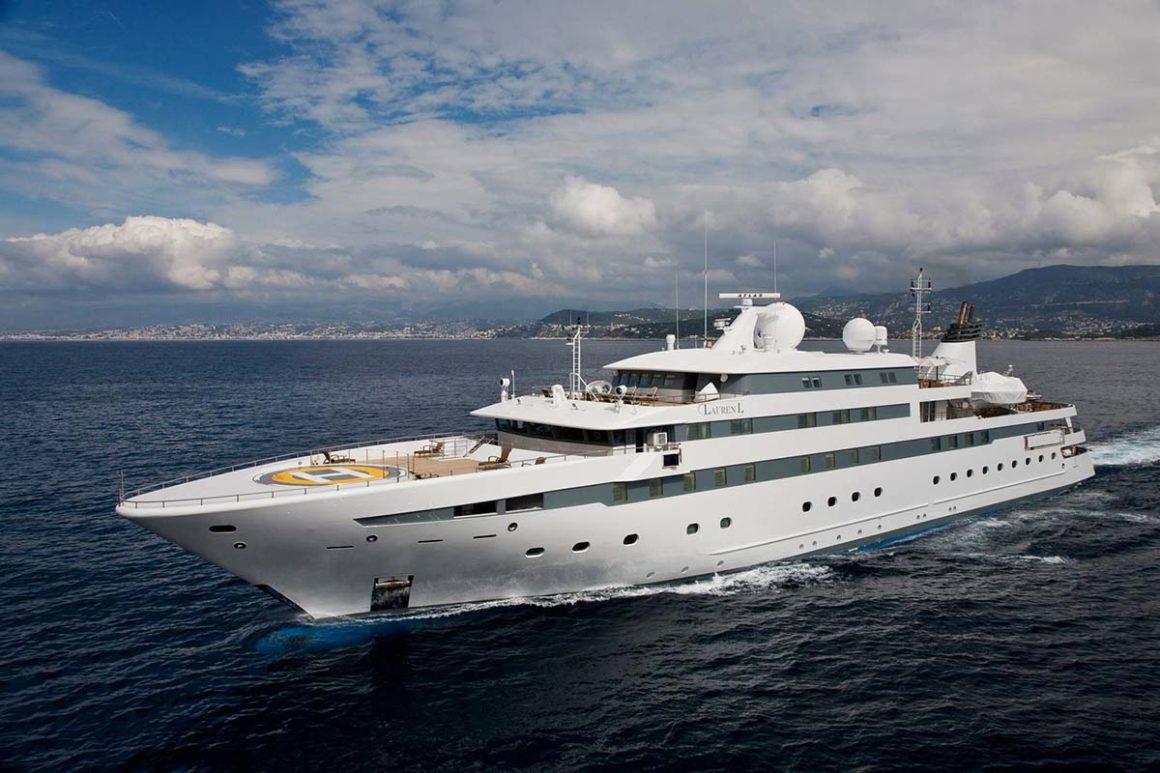 El Cassens Werft 90 de perfil, otro de los yates lujosos de nuestra lista