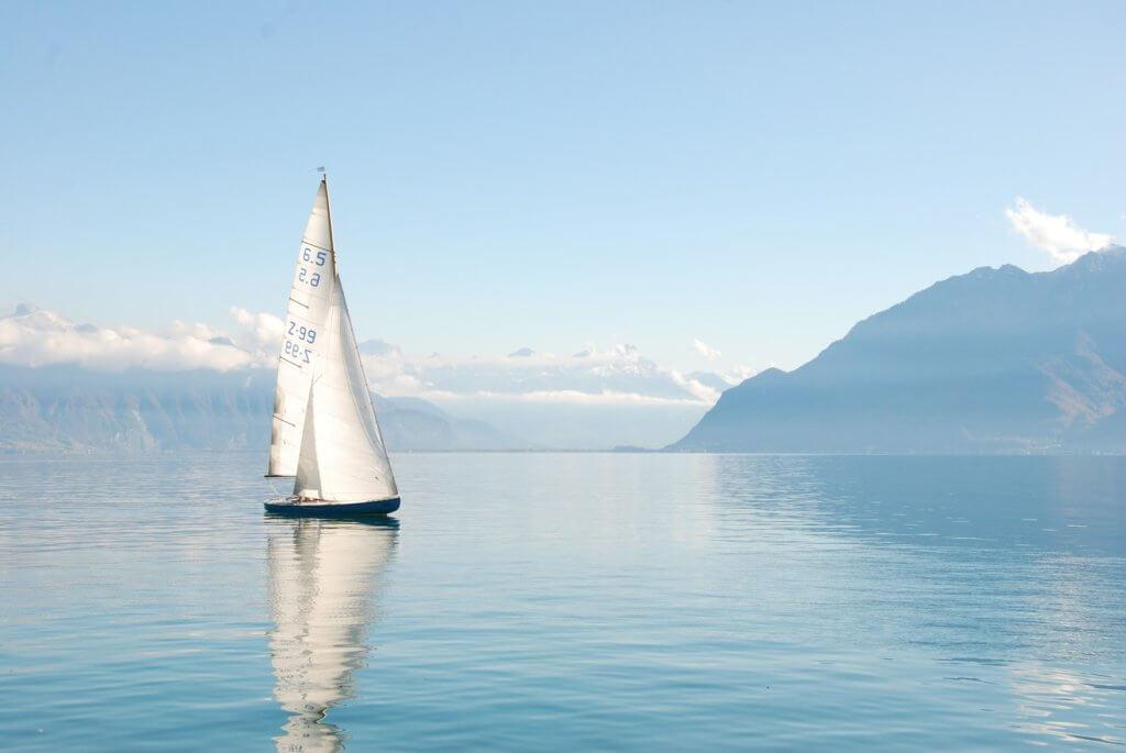 un velero en un paisaje bonito