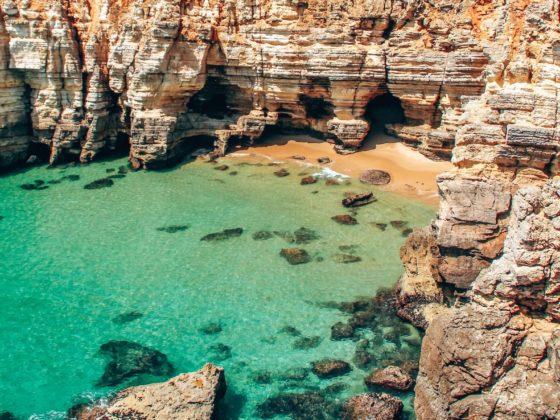 Acantilados en una playa de Portugal de agua turquesa