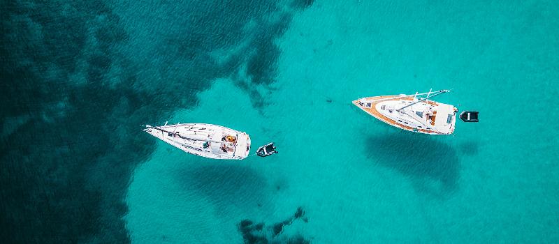 Experiencia de navegación a vela en aguas turquesas