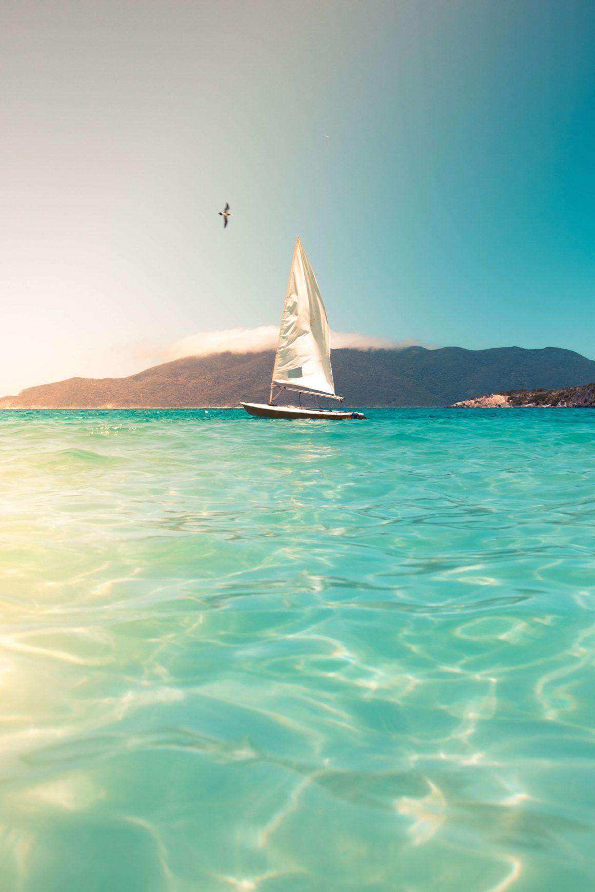 Ruta de navegación en aguas turquesas