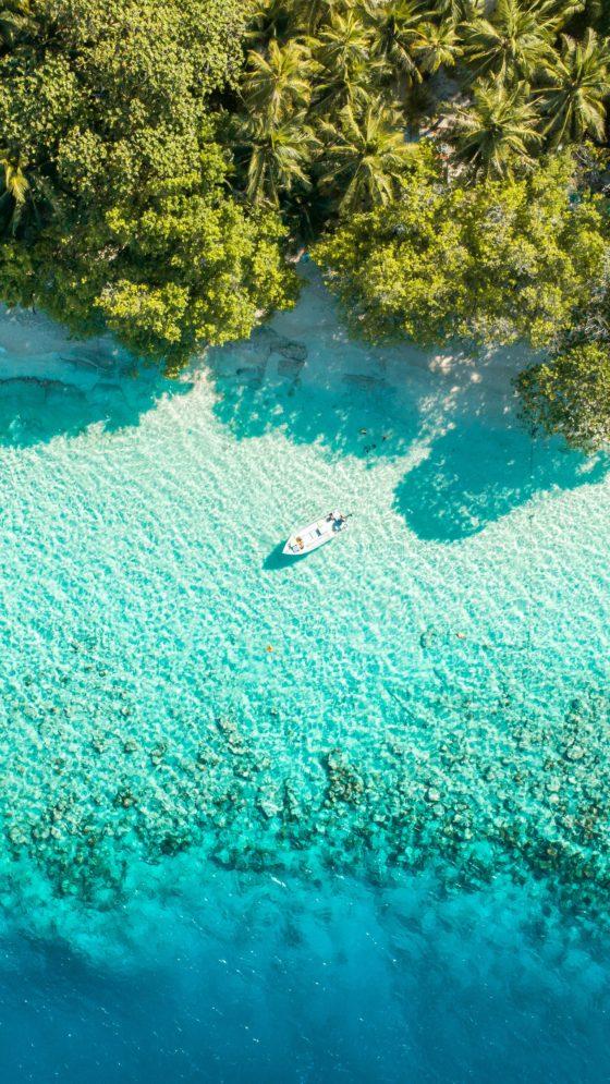barco navegando en una de las islas más bonitas de Maldivas
