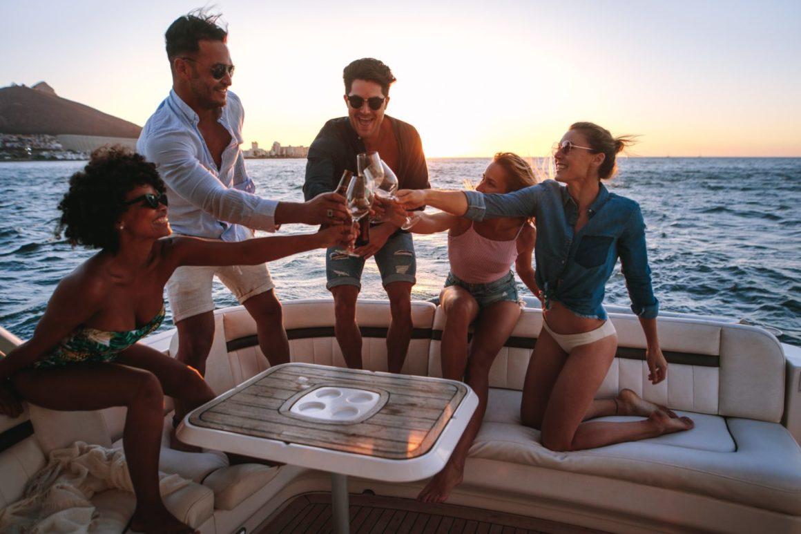 jornada a bordo navegando de isla en isla con amigos