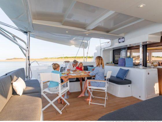 Familia en un catamarán