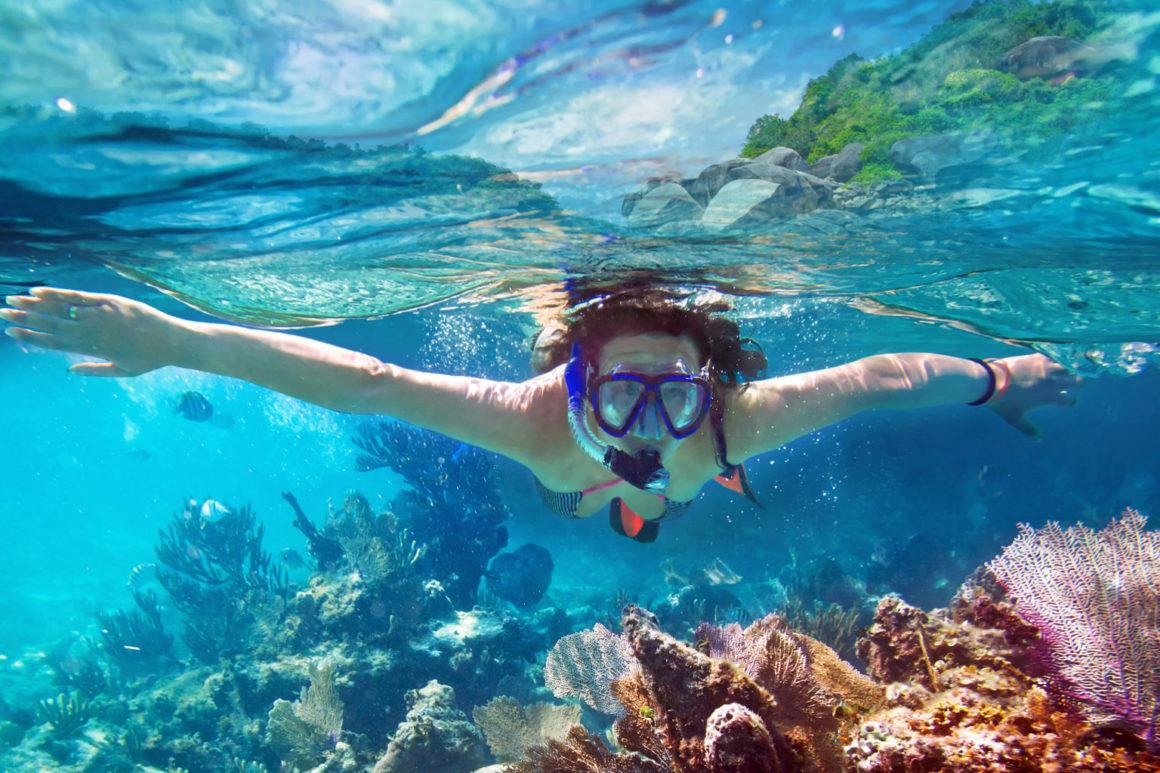 practicando snorkel, uno de los deportes acuáticos más populares en aguas cristalinas
