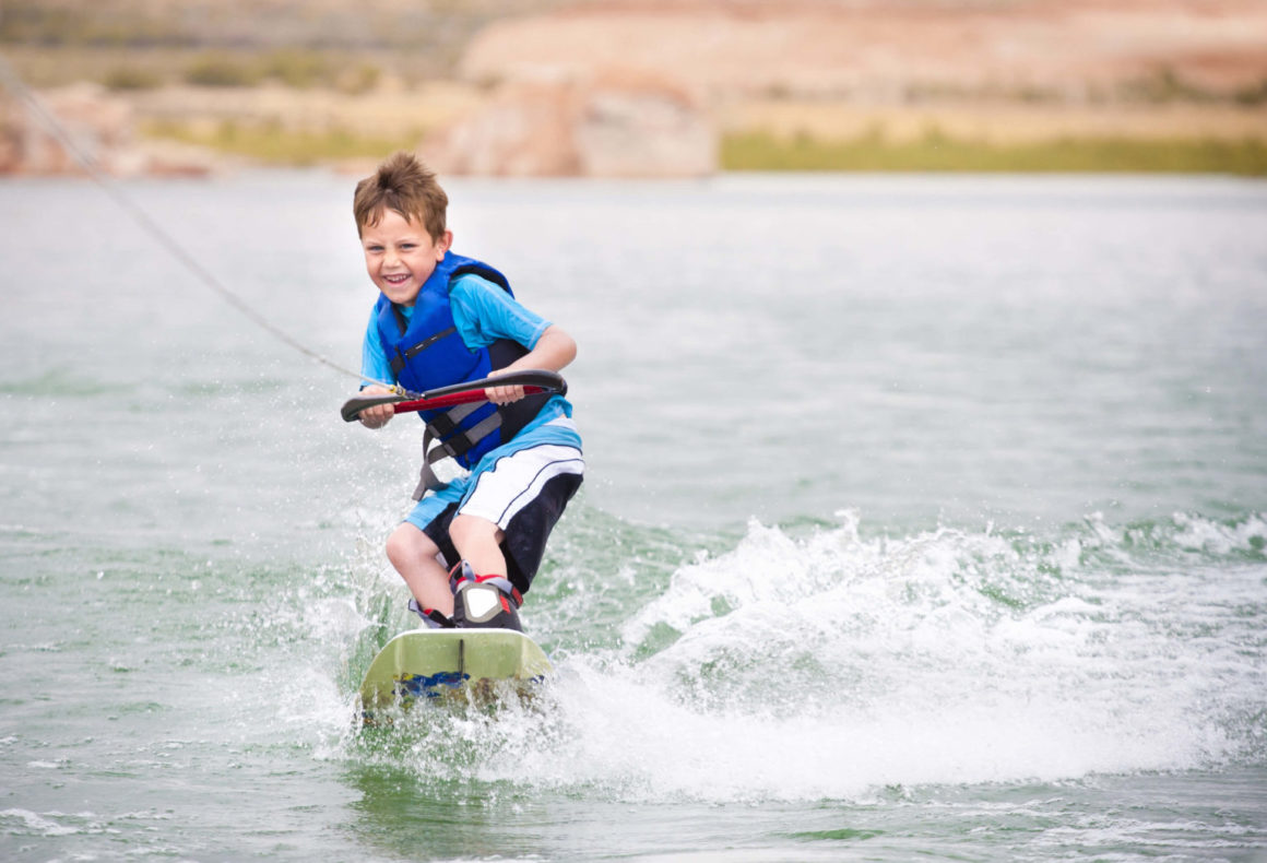 niño practicando wakeboard