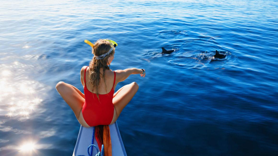 una niña navegando por Ibiza