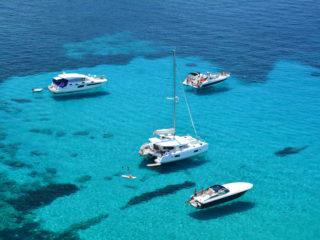 navegar por ibiza en lancha o catamarán