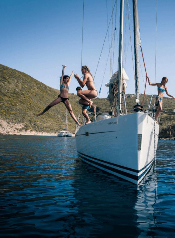 amigos divirtiéndose a bordo en sus vacaciones en Italia