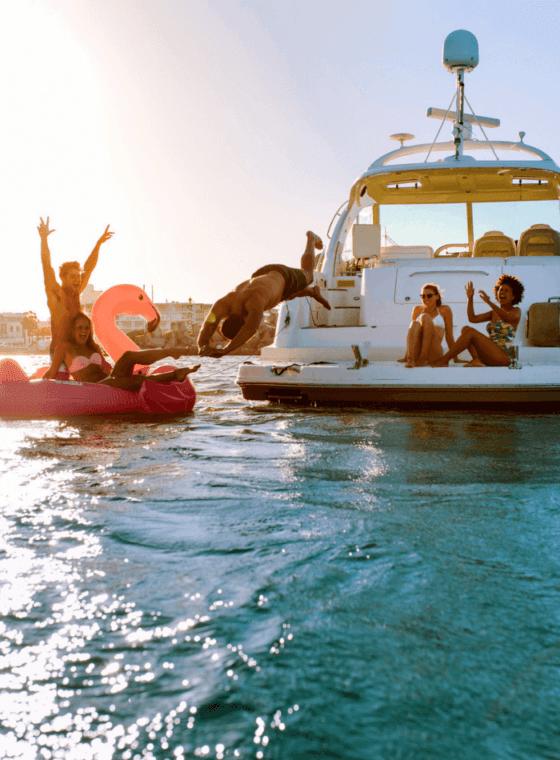 amigos disfrutando de un día de navegación