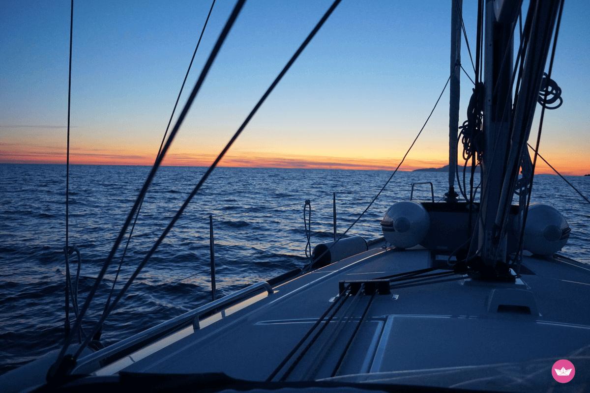 prua della barca all'alba