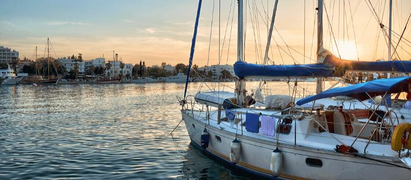 barca a vela in ormeggio