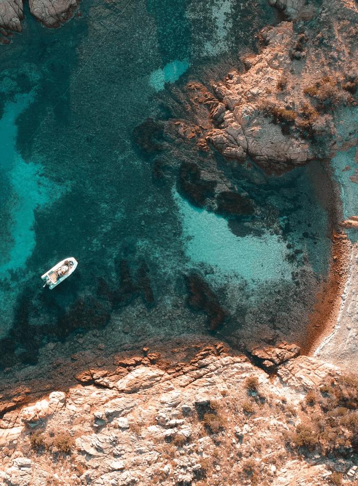 barca a motore in baia