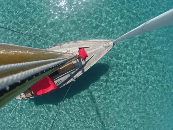 barca a vela da sopra