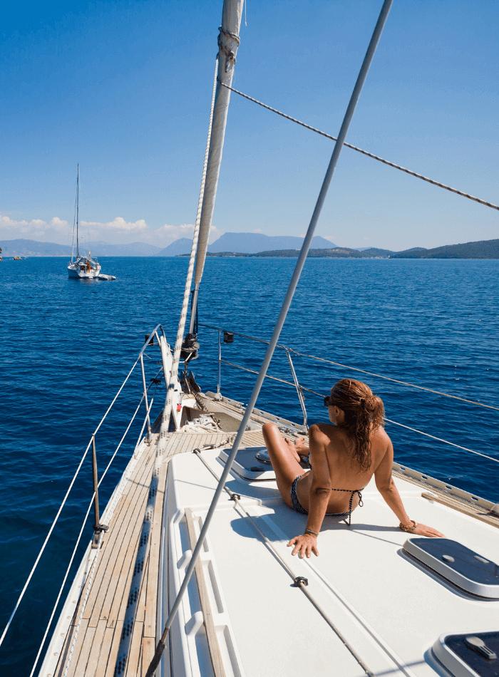 persona in barca a vela