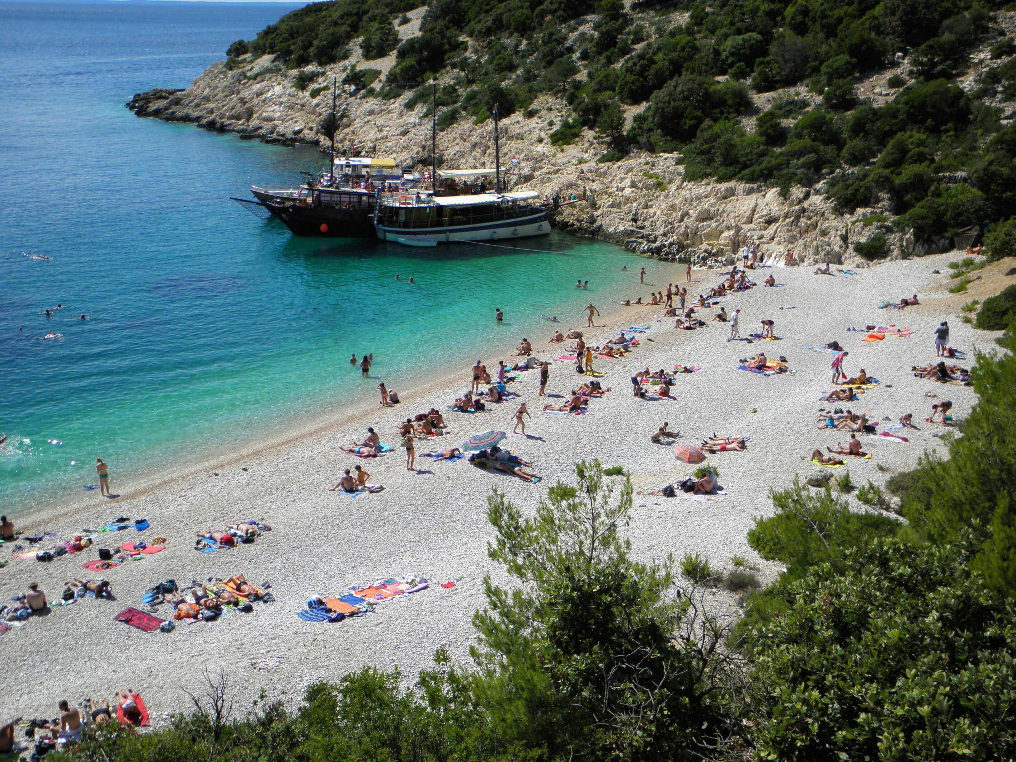 Beste aanlegplaatsen kroatie Mooiste strand europa, Lubenice  strand Cres Boot huren kroatie, vaarvakantie kroatie, zeilvakantie kroatie, beste aanlegplaatsen kroatie, catamaran huren kroatie, bootverhuur kroatie, zeilboot huren kroatie,