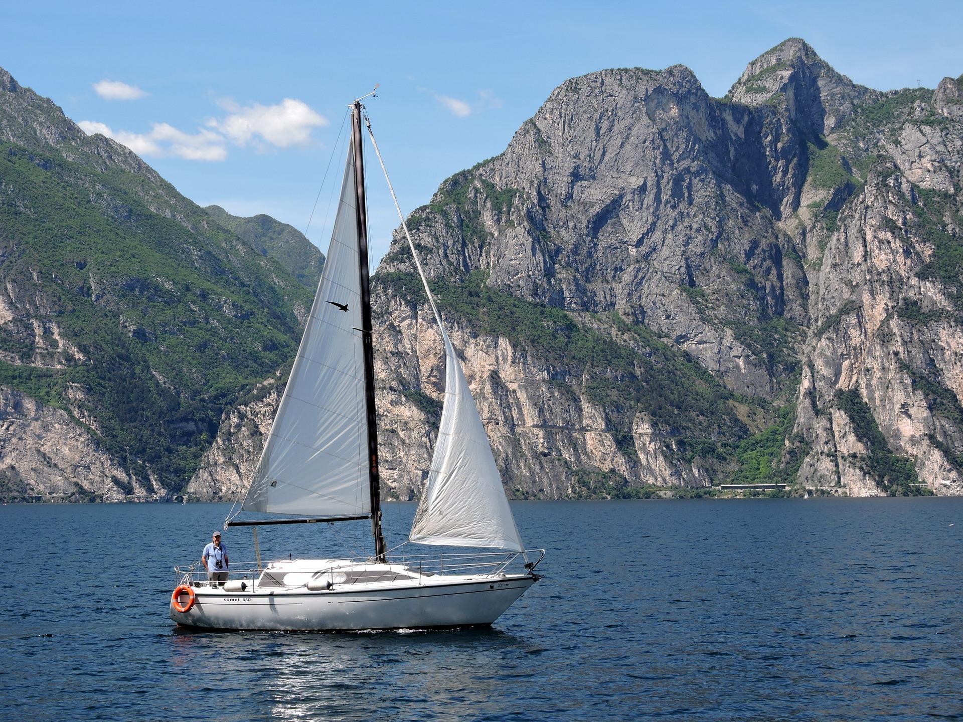 Gardameer, bootverhuur italië, Lago Maggiore, boot huren gardameer, boot verhuur gardameer, boot huren italië, zeilboot huren italië, catamaran huren italië,  boot huren peschiera del garda, vaarvakantie italië, zeilvakantie italië, zeilen in italië,