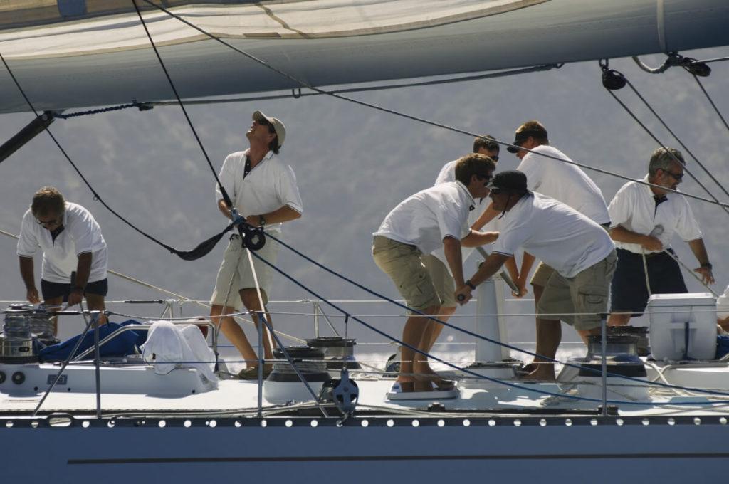 schippers aan het werk op een boot