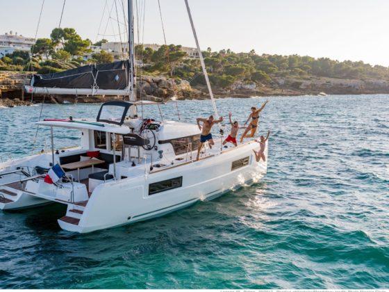 catamaran met mensen midden op de zee