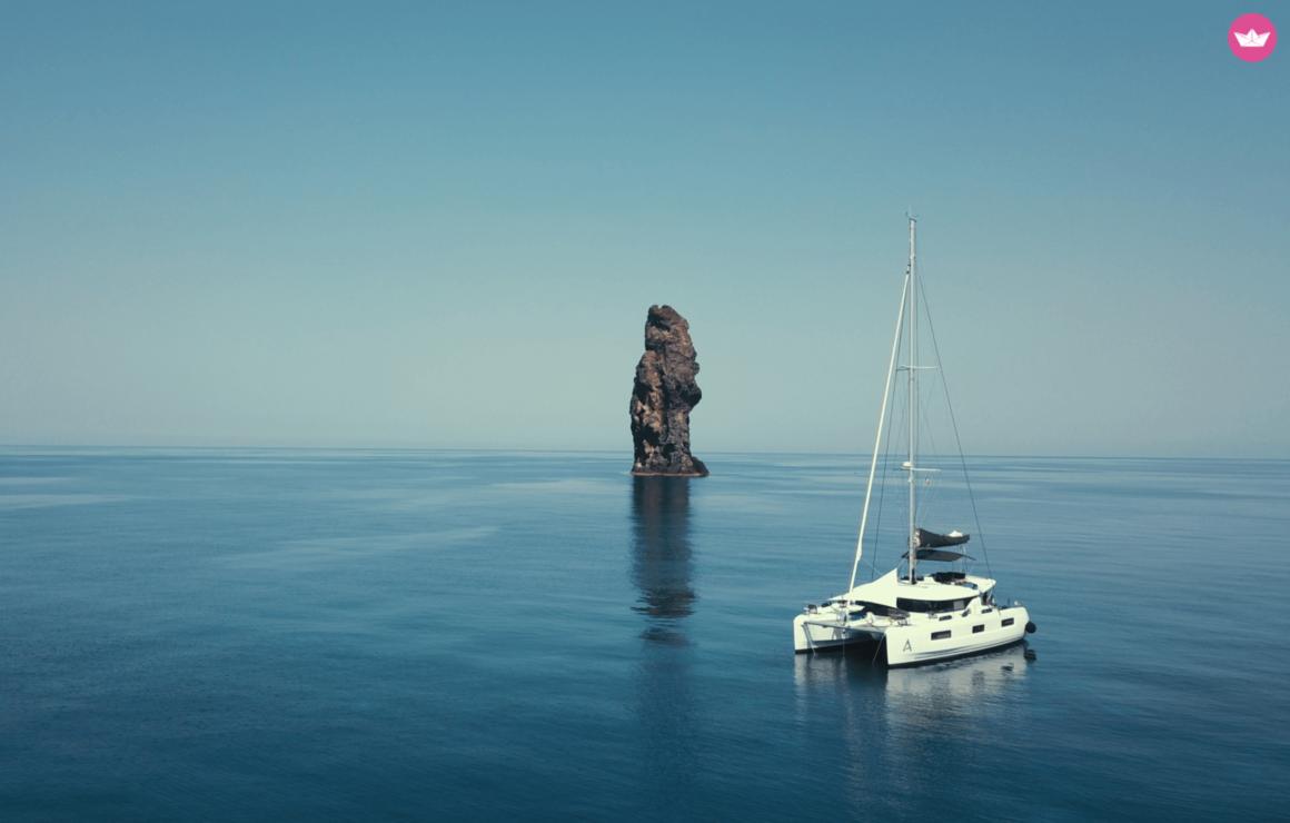 catamaran midden op de zee