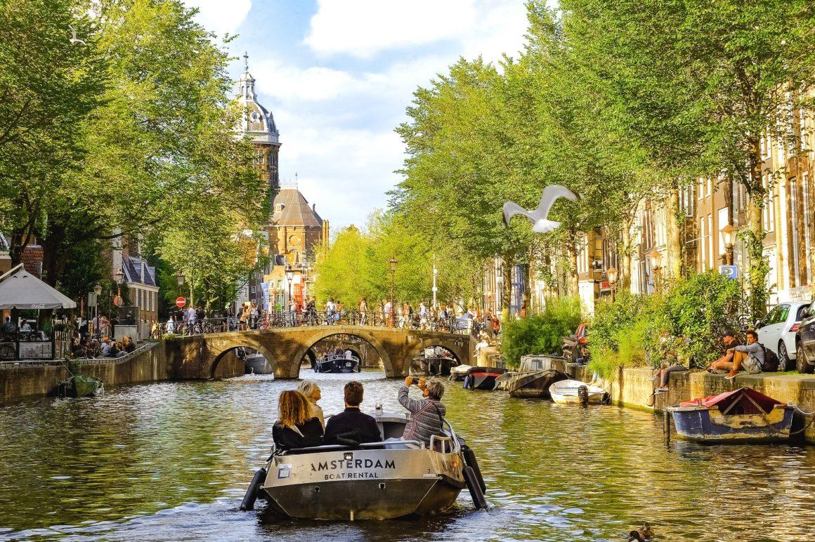 Sloep op de Amsterdamse grachten