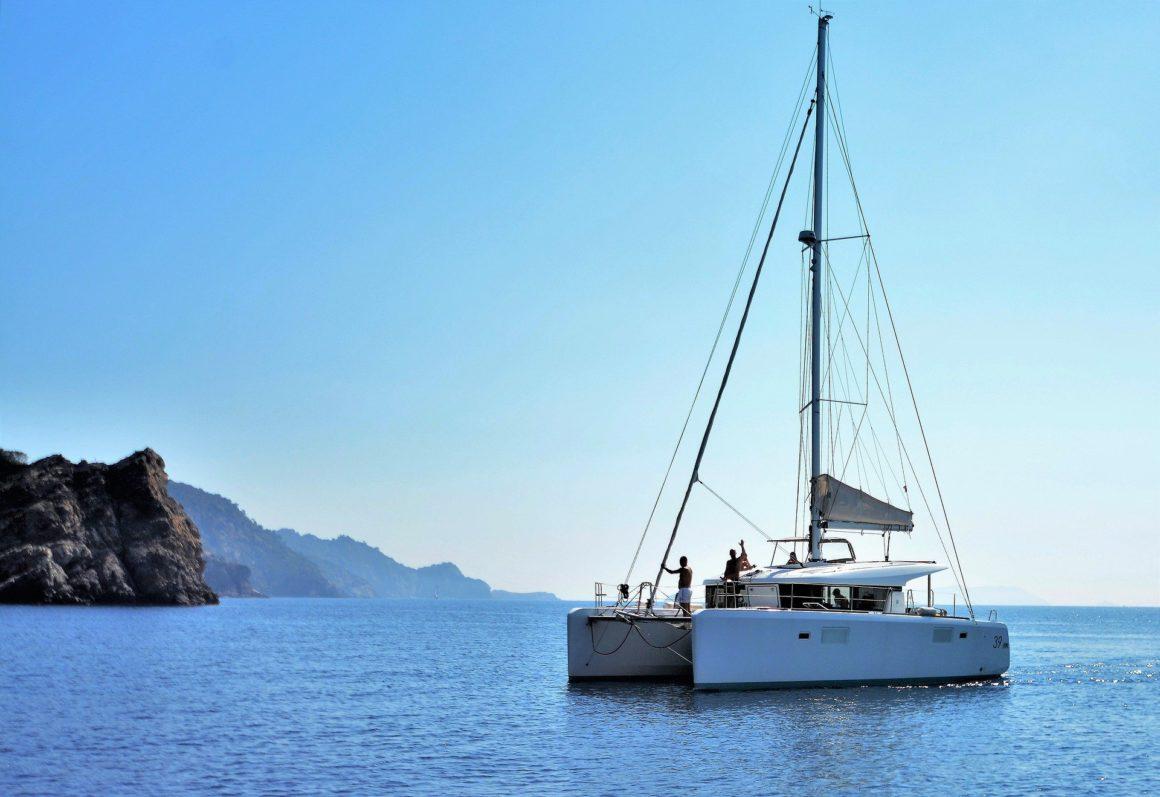 catamaran midden op de zee op een zonnige dag