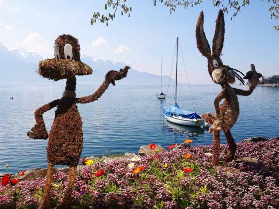 Paasbloemen aan het water met een boot