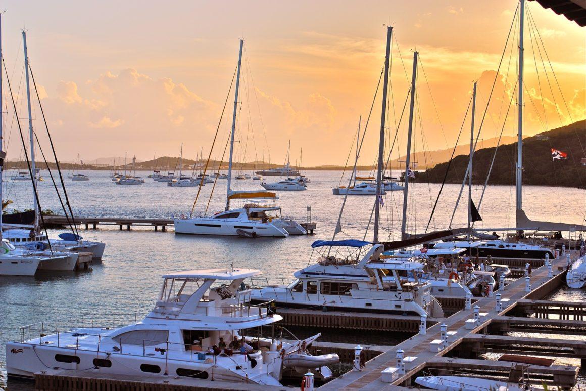 catamarans aangelegd in een haven
