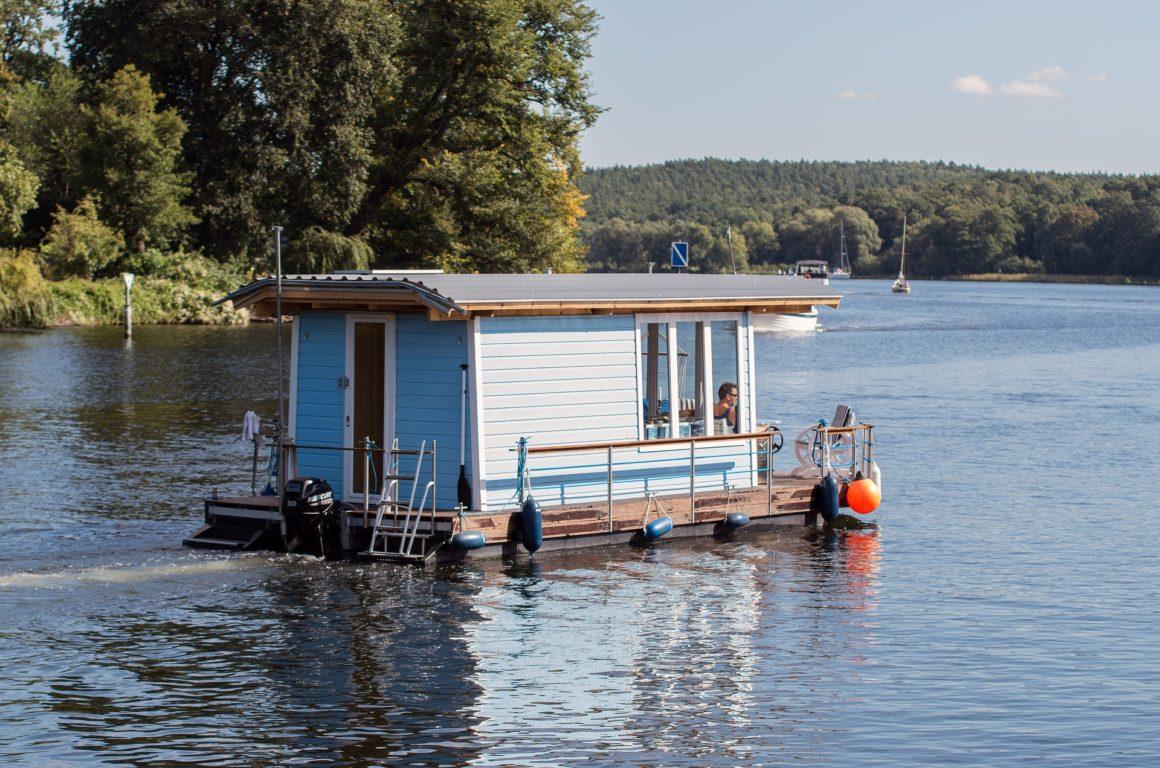 Bungalowboot op een meer