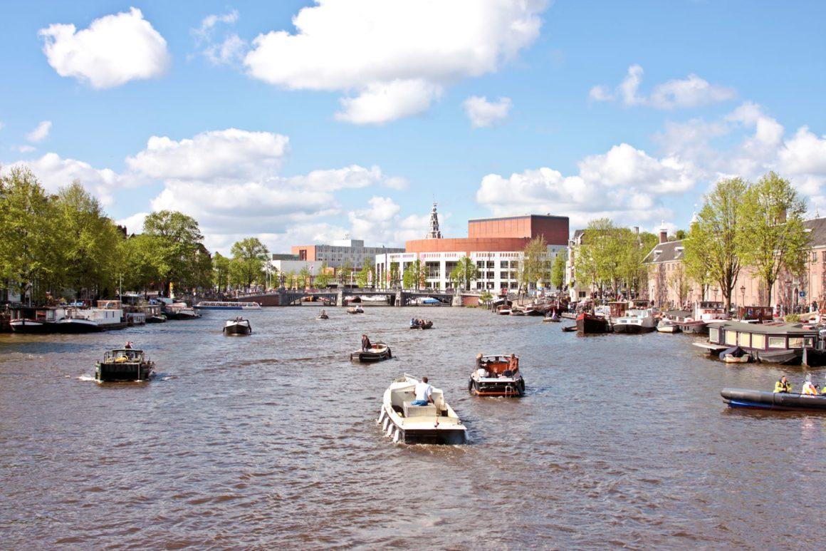Kanaal met bootjes in Nederland