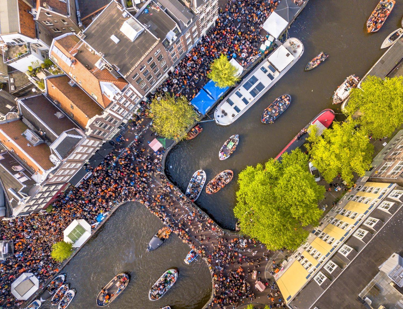 Bovenaanzicht van kanaal in Nederland op Koningsdag
