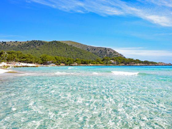 Strand op eiland met lichtblauw water