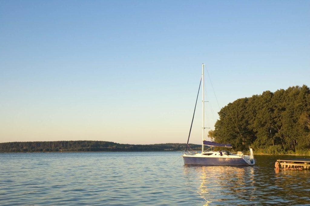 Jacht żaglowy na jeziorze