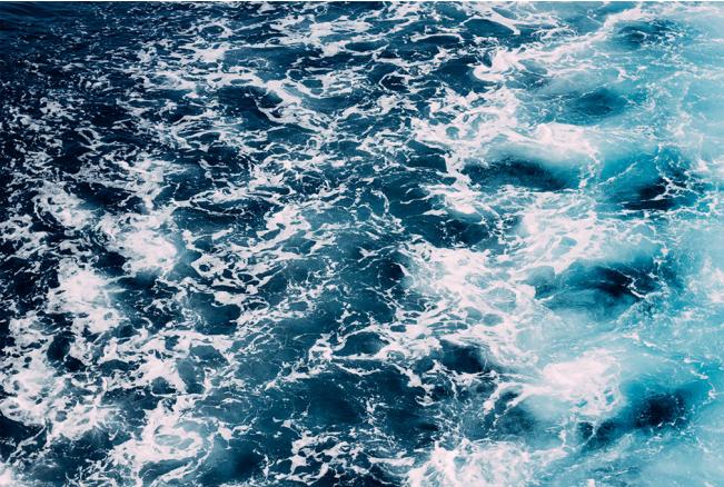 Ślady na wodzie za łodzią